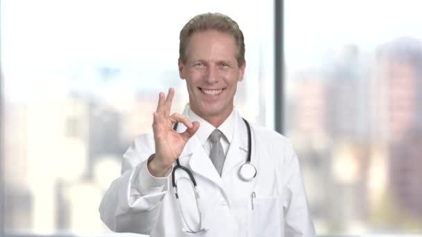 Arzt zeigt Okay-Zeichen.