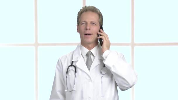 Úspěšný lékař mluví o telefonu.