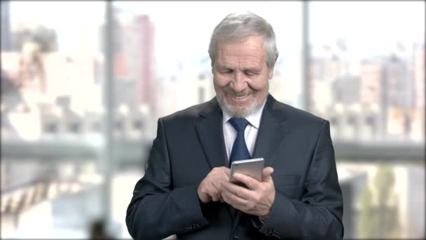 Senior financial manager texting a message.