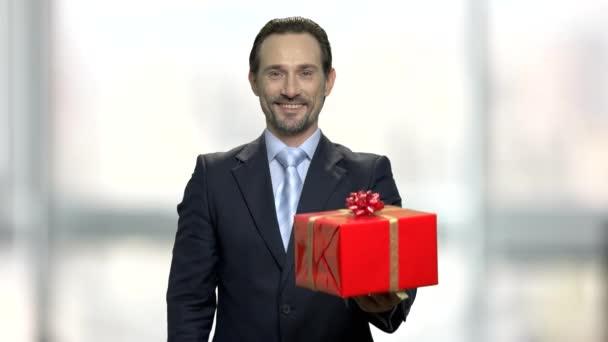 Atraktivní podnikatel středního věku dávat krabičky.