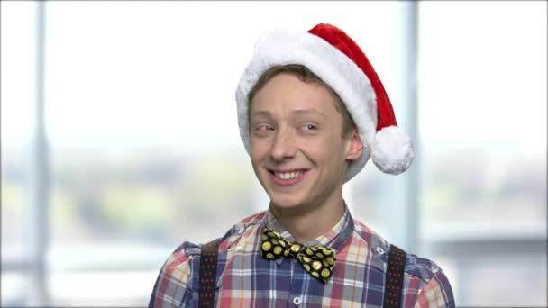 Karácsonyi fiú elmosódott háttér portréja.
