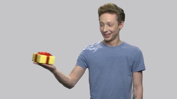 Roztomilý dospívající chlapec prezentace Dárková krabice.