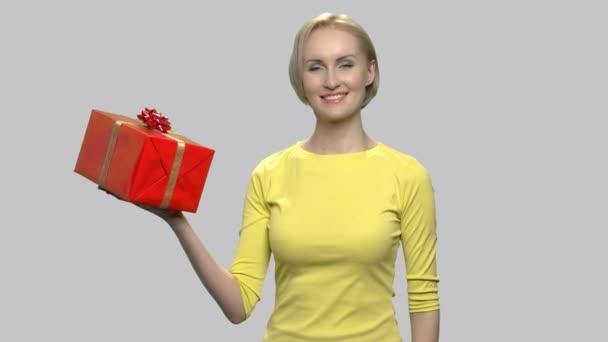 Hezká žena dává dárkové krabice.
