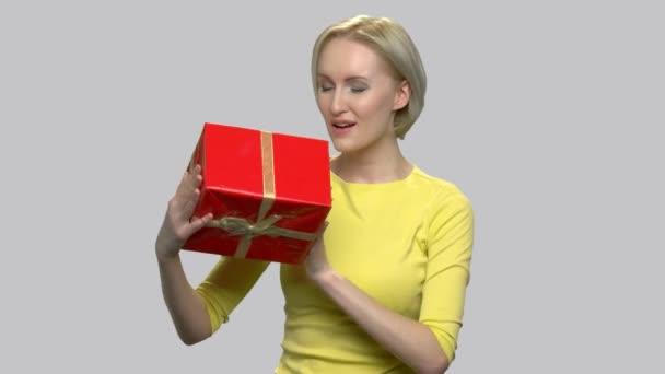 vzrušená žena s dárkový box.