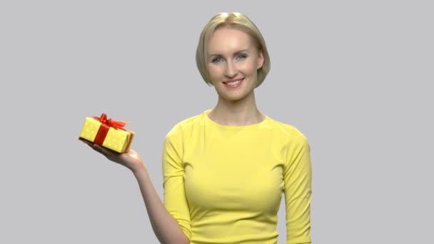 Pretty woman s krabičky na dlani.