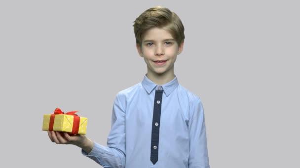 Krásný kluk s Dárkový box.