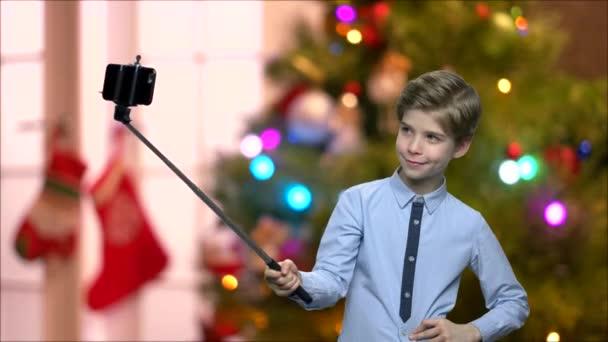 Chlapec s pomocí monopod selfie.