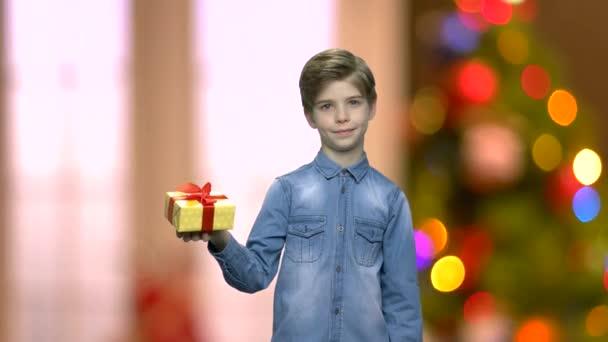 Malý chlapec s krabičky jednou rukou