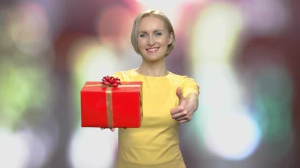 Nő ünnepi ajándék doboz elmosódott háttér.