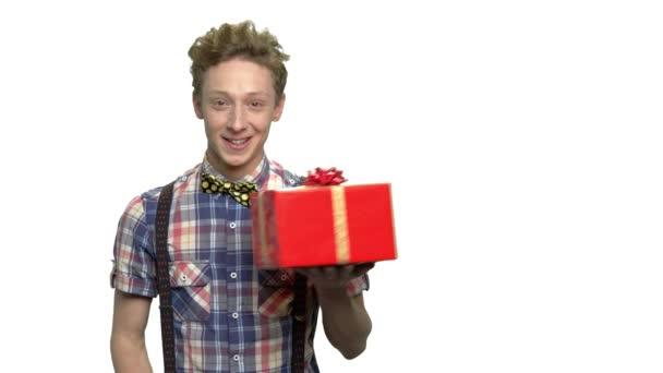 Atraktivní teen chlap drží krabičky.
