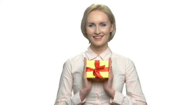 Usmívající se žena s dárkové krabičky, pohled zepředu.
