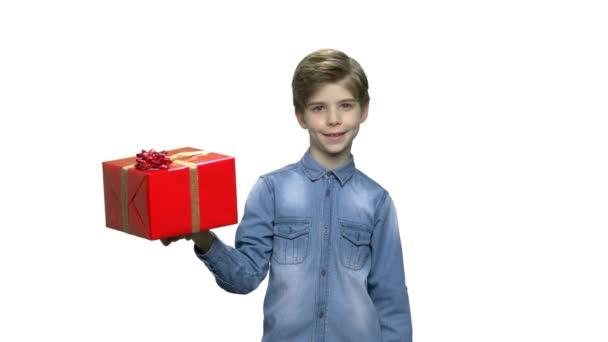 Krásný chlapec s dárkovou krabici