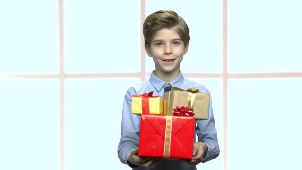 Ajándék dobozok fiú portréja.