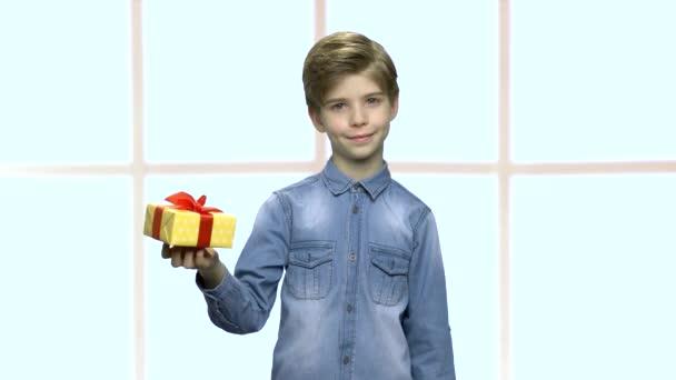 Atraktivní kavkazské chlapec s dárkovou krabici