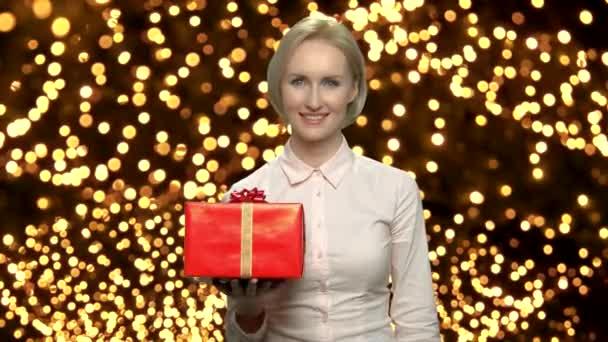 Krásná žena zobrazeno etui na Vánoce