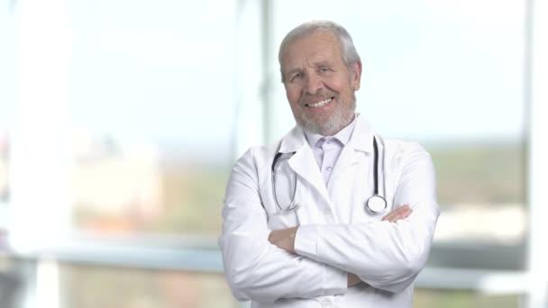 fröhlicher Oberarzt, verschwommener Hintergrund.