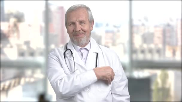 Boldog férfi orvos, akinek egy üres lapot.