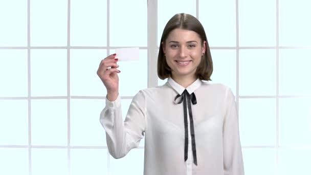 Fiatal nő találat üres névjegykártya.