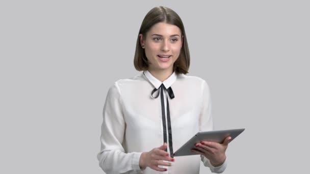 Mladá podnikatelka na šedém pozadí