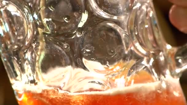 Makró megtekintése rücskös korsó sör, ale a töltés. Angol stílusú korsó sör, sör, szakadó közelről. Víz foltok a pohár sör.