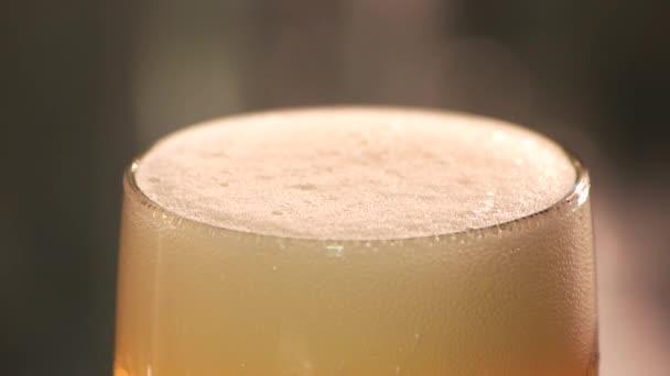 Detailní záběr pivní pěny snižuje zpomalené