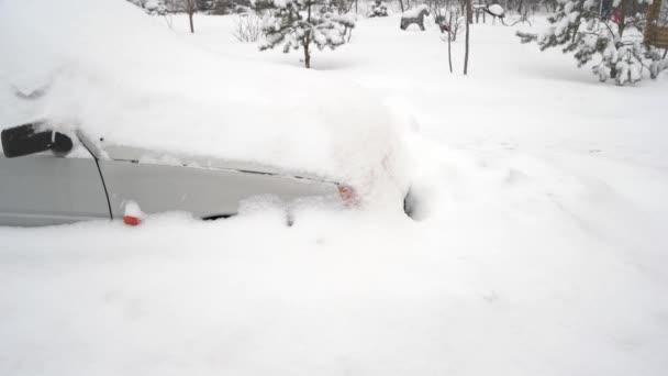 osobní automobil po sněhové bouři.