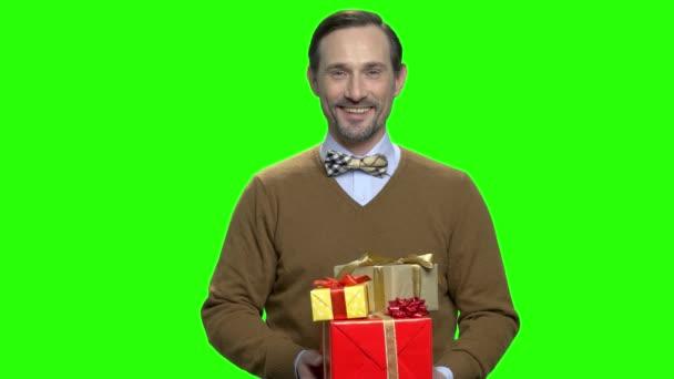 Usmívající se muž dává dárkové krabice.