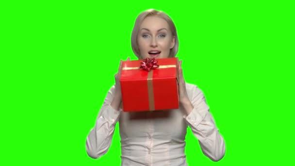 Szép érett üzletasszony imádja rá piros ajándék doboz.