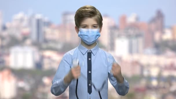 Chlapeček s chirurgickou masku a stetoskop. Roztomilý kavkazské dítě chlapec hrál doktora. Rozostření pozadí města