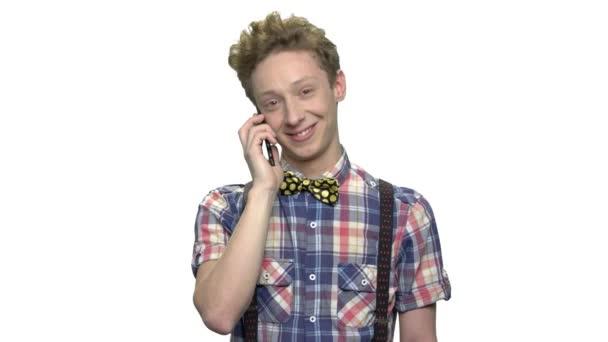Pozitivní dospívající chlapec mluví do mobilního telefonu