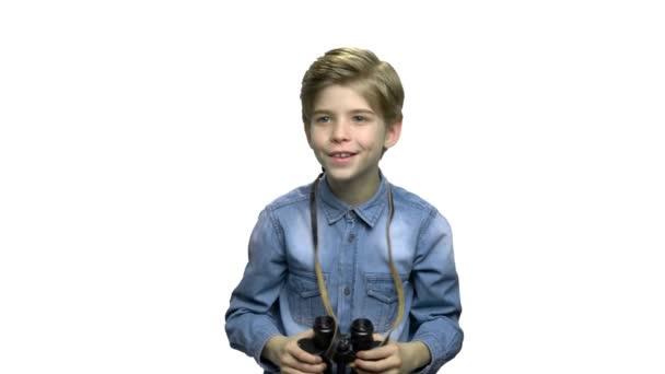 Zvědavý nedospělý chlapec pomocí dalekohledu.