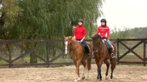 zwei junge Frauen auf Pferden.