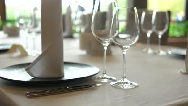 sloužil stůl v luxusní restauraci.