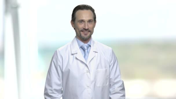Porträt eines kaukasischen Arztes oder Wissenschaftlers.