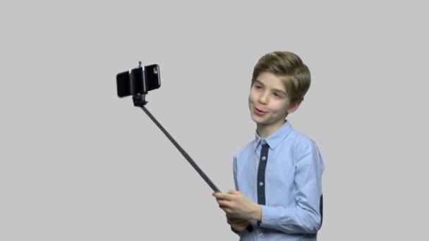 Roztomilá bělocha používající selfie.