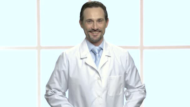Portrét hezkého zralého muže v laboratorním plášti.