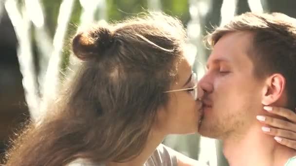 Nyáron fiatal pár szerelmes csókolózás szabadban.