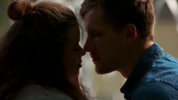 Mladý romantický pár líbání zblízka.