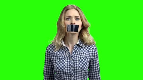 Kavkazská žena s ústy pokrytou páskou.