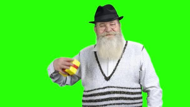Vedoucí muž zobrazující dárkovou schránku na zelené obrazovce.