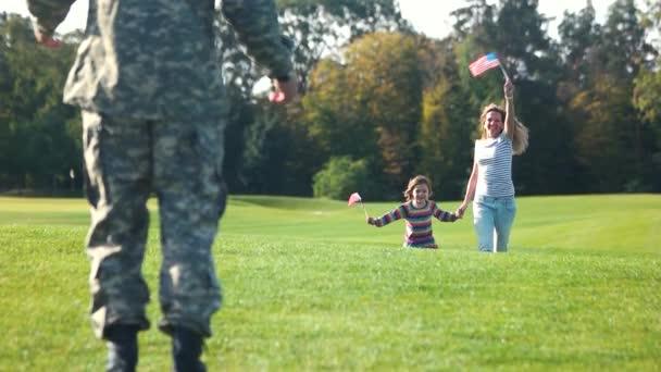 Apa jött haza a háborúból.