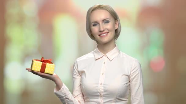 Žena sady Office zobrazující dárkovou schránku na dlani.