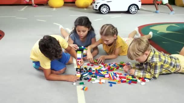 stavební bloky děti v mateřské školce.