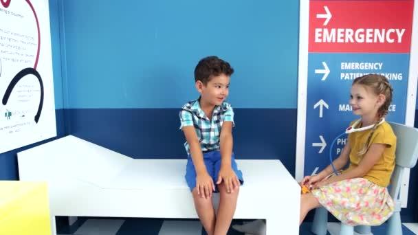 Děti hrající doktorku do mateřské školky.
