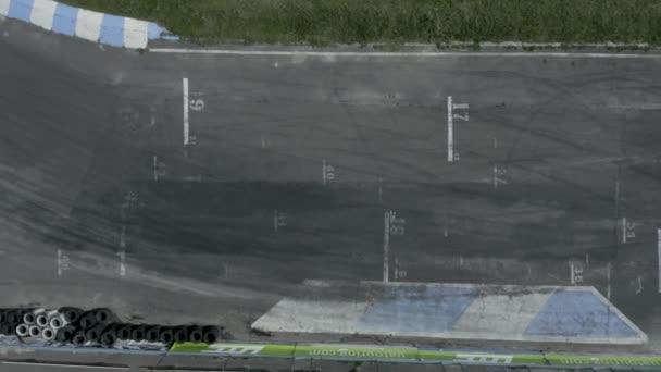 Závodní dráha se spoustou pneumatik, pohled shora.