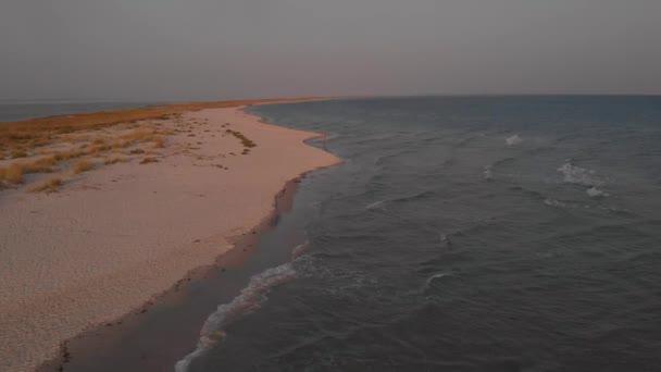 Nádherné plážové vlny, pohled na moře.