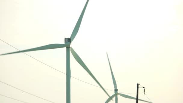 Větrná turbína proti jasné obloze pracovní.