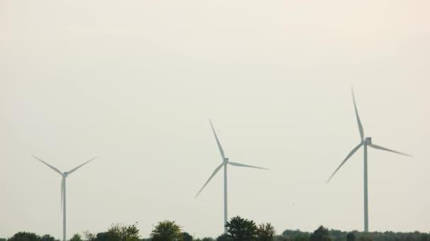 Větrné turbíny pro výrobu elektrické energie.