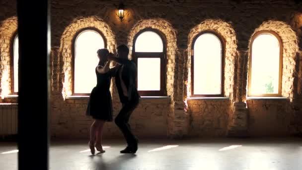 Két modern balett-táncosok gyakorló stúdió.
