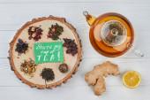 Čajník, citrón, zázvor a suchý čaj.